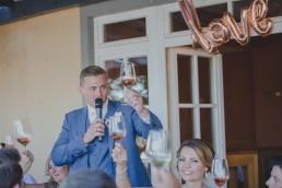 Ansprache des Bräutigam und Anstoßen auf das Brautpaar der Weingut Hochzeit in Würzburg fotografiert von Hochzeitsfotografin Conny Schöffmann Photography aus Würzburg