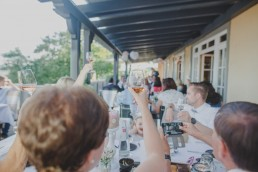 Anstoßen auf die Weingut Hochzeit in Würzburg von Hochzeitsfotografin Conny Schöffmann Photography