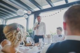 Hochzeitsfotografin Conny Schöffmann Photography fotografiert Rede Brautvater bei der Weingut Hochzeit Würzburg