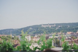 Weingut Hochzeit in Würzburg mit Aussicht über die Stadt Würzburg fotografiert von Hochzeitsfotografin Conny Schöffmann Photography