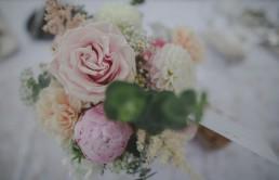 Blumen und Tischdekoration der Weingut Hochzeit in Würzburg von Conny Schöffmann Photography