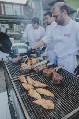 Weingut Hochzeit im Freien mit Barbecue und Grillen, fotografiert von Hochzeitsfotograf Conny Schöffmann Photography