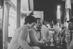 Gäste am Abend der Weingut Hochzeit in Würzburg, Hochzeitsfotograf Conny Schöffmann Photography