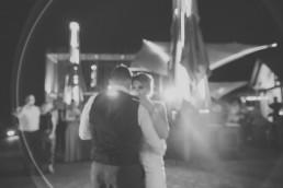 Erster Tanz des Brautpaars bei ihrer Weingut Hochzeit über Würzburg, Brautpaarfoto von Hochzeitsfotograf Conny Schöffmann Photography