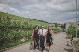 Gäste auf dem Weg zur Weingut Hochzeit mit Conny Schöffmann Photography