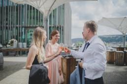 Sektempfang bei der Weingut Hochzeit in Würzburg von Hochzeitsfotografin Conny Schöffmann Photography