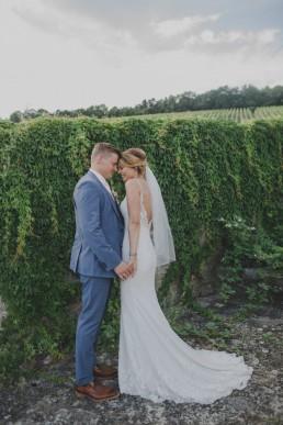 Brautpaarfotos in den Weinbergen bei Weingut Hochzeit von Hochzeitsfotograf Conny Schöffmann Photography