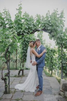 Hochzeitsfotograf Würzburg Conny Schöffmann Photography mit Brautpaarfotos in den Weinbergen