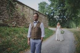Braut und Bräutigam sehen sich am Hochzeitstag im Freien fotografiert von Conny Schöffmann Photography, Würzburg