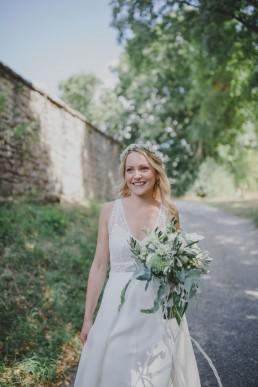 Natürliche Braut steht im Freien bei einer Hochzeit in einer Ruine festgehalten von Hochzeitsfotografin Conny Schöffmann Photography, Würzburg