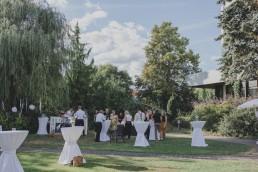Lockerer Sektempfang unter freiem Himmel in Würzburg fotografiert von Würzburger Hochzeitsfotografin Conny Schöffmann Photography