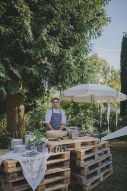 Natürlich arrangiertes Catering unter freiem Himmel auf einer Zelthochzeit in Würzburg fotografiert von Würzburger Hochzeitsfotografin Conny Schöffmann Photography