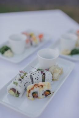 Natürlich arrangiertes Sushi einer Ruinenhochzeit unter freiem Himmel