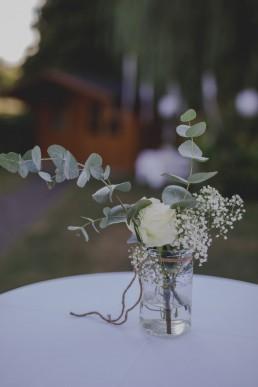 Schlichte und natürliche Tischdekoration einer Ruinenhochzeit in Freiem fotografiert von Hochzeitsfotografin Conny Schöffmann Photography aus Würzburg