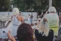 Gäste fotografieren stimmungsvoll das glückliche Brautpaar unter freiem Himmel festgehalten von Hochzeitsfotografin Conny Schöffmann Photography, Würzburg