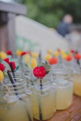 Liebevoll angerichtete Limonaden einer Zelthochzeit in Würzburg festgehalten von Hochzeitsfotografin Conny Schöffmann Photography, Würzburg