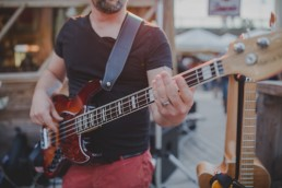 Stimmungsvolle Live-Musik eines Gitarristen unter freiem Himmel in Würzburg festgehalten von Hochzeitsfotografin Conny Schöffmann Photography, Würzburg