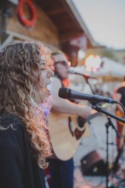 Sängerin einer Liveband singt stimmungsvoll auf einer Zelthochzeit in Würzburg festgehalten von Hochzeitsfotografin Conny Schöffmann Photography, Würzburg