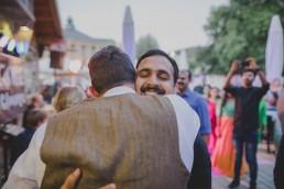 Bräutigam umarmt emotional einen Gast unter freiem Himmel fotografiert von Würzburger Hochzeitsfotografin Conny Schöffmann Photography