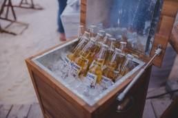 Eisgekühltes Bier einer Stadtstrandhochzeit in Würzburg festgehalten von Hochzeitsfotografin Conny Schöffmann Photography, Würzburg