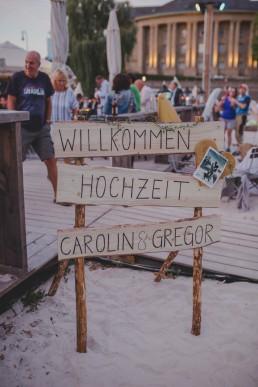 Natürliches Willkommensschild im Freien einer Stadtstrandhochzeit in Würzburg fotografiert von Würzburger Hochzeitsfotografin Conny Schöffmann Photography