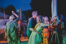 Ausgelassene Gäste tanzen unter freiem Himmel einer Ruinenhochzeit in Würzburg festgehalten von Hochzeitsfotografin Conny Schöffmann Photography, Würzburg