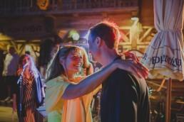 Entspannte Gäste tanzen stimmungsvoll zur Live-Musik einer Ruinenhochzeit in Würzburg fotografiert von Würzburger Hochzeitsfotografin Conny Schöffmann Photography