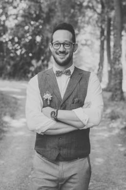 Bräutigam strahlt bei dem First Look einer outdoor Ruinenhochzeit in die Kamera festgehalten von Hochzeitsfotografin Conny Schöffmann Photography aus Würzburg