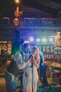 Braut und Bräutigam halten stimmungsvoll eine Rede unter freiem Himmel fotografiert von Würzburger Hochzeitsfotografin Conny Schöffmann Photography