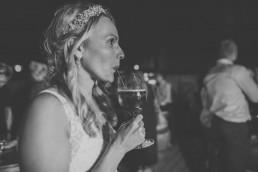 Braut trink glücklich und entspannt unter freiem Himmel einen Apiritif in Würzburg fotografiert von Würzburger Hochzeitsfotografin Conny Schöffmann Photography