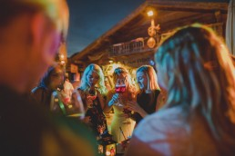 Lockeres Beisammensein der Gäste einer Zelthochzeit in Würzburg fotografiert von Hochzeitsfotografin Conny Schöffmann Photography, Würzburg