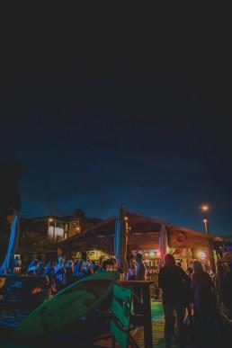 Stimmungsvolle Partylocation einer Stadtstrandhochzeit unter freiem Himmel festgehalten von Hochzeitsfotografin Conny Schöffmann Photography, Würzburg