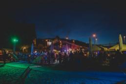 Stimmungsvoll belichtete Partylocation unter freiem Himmel fotografiert von Würzburger Hochzeitsfotografin Conny Schöffmann Photography
