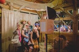 Ausgelassene Stimmung der Gäste in der Fotobox festgehalten von Hochzeitsfotografin Conny Schöffmann Photography, Würzburg