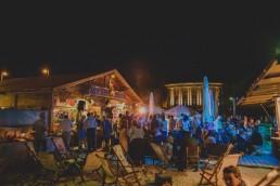 Ausgelassene Partystimmung auf einer Stadtstrandhochzeit unter freiem Himmel festgehalten von Hochzeitsfotografin Conny Schöffmann Photography aus Würzburg