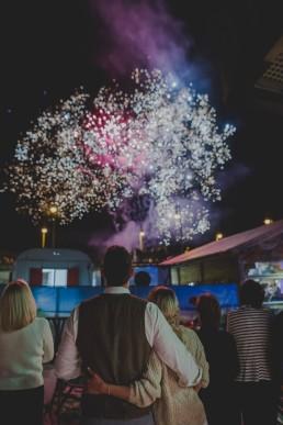 Atemberaubendes Feuerwerk auf einer Stadtstrandhochzeit in Würzburg festgehalten von Hochzeitsfotografin Conny Schöffmann Photography, Würzburg