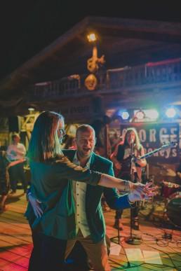 Ausgelassenes Tanzen der Partygäste zur Live-Musik unter freiem Himmel fotografiert von Hochzeitsfotografin Conny Schöffmann Photography, Würzburg