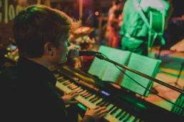 Musiker sorgt für Stimmung auf der Tanzfläche der Stadtstrandhochzeit in Würzburg festgehalten von Hochzeitsfotografin Conny Schöffmann Photography, Würzburg