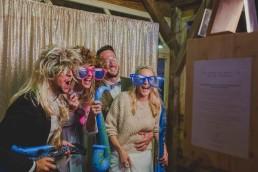 Brautpaar und Gäste haben Spaß in der Fotobox fotografiert von Hochzeitsfotografin Conny Schöffmann Photography, Würzburg