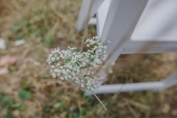 Natürliche Blumendekoration bei einer Outdoorhochzeit fotografiert von Hochzeitsfotografin Conny Schöffmann Photography, Würzburg