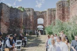 Braut schreitet unter freiem Himmel auf den Bräutigam zu festgehalten von Hochzeitsfotografin Conny Schöffmann Photography aus Würzburg