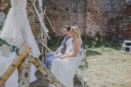 Entspanntes Brautpaar während einer freien Trauung unter freiem Himmel in Würzburg festgehalten von Hochzeitsfotografin Conny Schöffmann Photography, Würzburg