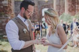 Braut steckt Bräutigam stimmungsvoll den Ehering im Freien an otografiert von Hochzeitsfotografin Conny Schöffmann Photography aus Würzburg