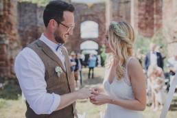 Braut und Bräutigam sehen sich stimmungsvoll unter freiem Himmel in die Augen otografiert von Hochzeitsfotografin Conny Schöffmann Photography aus Würzburg