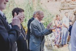 Entspannte Gäste applaudieren dem Brautpaar festgehalten von Hochzeitsfotografin Conny Schöffmann Photography aus Würzburg