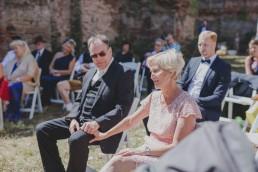Emotional ergriffene Gäste verfolgen die Outdoorhochzeit in einer Ruine festgehalten von Hochzeitsfotografin Conny Schöffmann Photography aus Würzburg