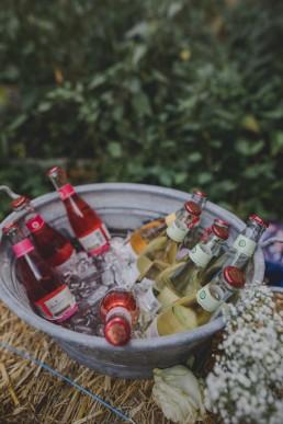 Kühle Getränke für den Sektempfang festgehalten von Hochzeitsfotografin Conny Schöffmann Photography aus Würzburg