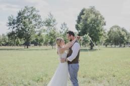 Stimmungsvolles Brautpaarshooting im Freien fotografiert von Würzburger Hochzeitsfotografin Conny Schöffmann Photography