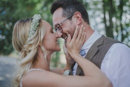 Braut und Bräutigam sehen sich stimmungsvoll unter freiem Himmel in die Augen festgehalten von Hochzeitsfotografin Conny Schöffmann Photography, Würzburg