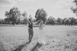Natürliche schwarz weiß Aufnahme eines Paashootings auf einer Wiese fotografiert von Hochzeitsfotografin Conny Schöffmann Photography aus Würzburg